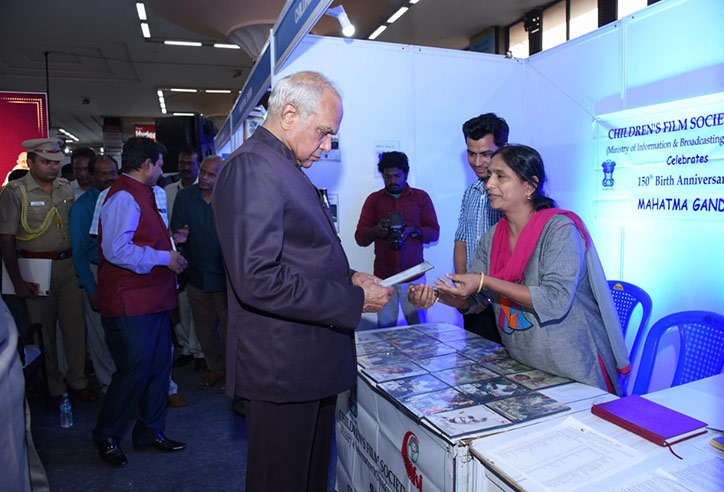 "Hon'ble Governor of Tamil Nadu, Thiru Banwarilal Purohit interacting with  Ms. Agila, A.D.O – CFSI Chennai  during inauguration of Exhibition of ""Mahatma Gandhi - His Life & History"" by Regional Outreach Bureau (ROB), Ministry of Information & Broadcasting."